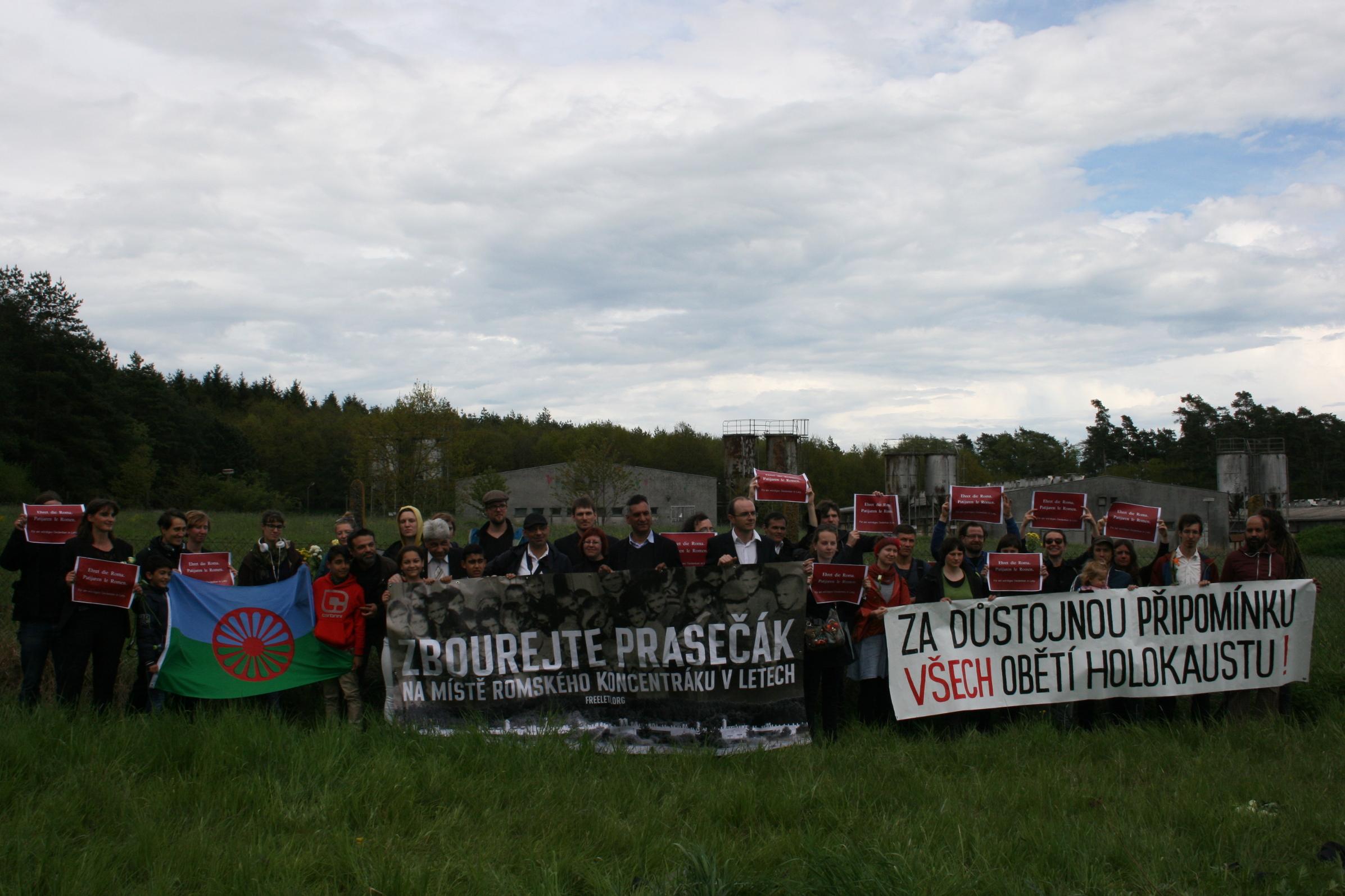 Tschechische und deutsche Aktivist_innen protestieren vor der Schweinemastanlage